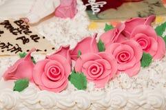 Huwelijkscake die met roze rozen wordt verfraaid Royalty-vrije Stock Foto