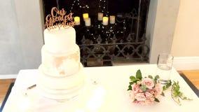Huwelijkscake en decoratie stock video