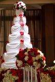 Huwelijkscake met bloemen en zeven rijen Royalty-vrije Stock Foto