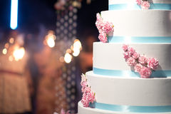Huwelijkscake met bokeh Stock Foto