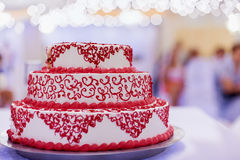 Huwelijkscake met rode decoratie royalty-vrije stock fotografie