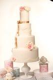 Huwelijkscake met suikerglazuur stock foto's