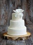 Huwelijkscake met wit fondantje wordt behandeld dat royalty-vrije stock afbeeldingen