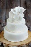 Huwelijkscake met wit fondantje wordt behandeld dat stock foto's