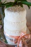 Huwelijkscake met wit suikerglazuur wordt verfraaid dat Royalty-vrije Stock Fotografie