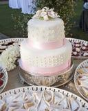 Huwelijkscake op twee niveaus Stock Foto's
