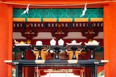 Huwelijksceremonie bij het Heiligdom van Tsurugaoka Hachimangu in Kamakura, Japan royalty-vrije stock foto