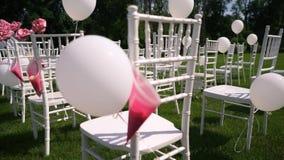 Huwelijksceremonie in het open platteland, de zomer, warm weer, Chiavari-stoelen stock videobeelden