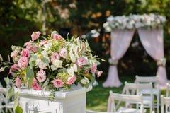 Huwelijksceremonie in mooie tuin stock fotografie