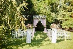 Huwelijksceremonie in mooie tuin stock afbeelding
