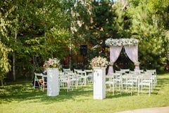 Huwelijksceremonie in mooie tuin stock foto's