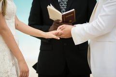 Huwelijksceremonie op strand stock fotografie
