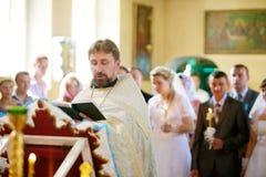Huwelijksceremonie in Russische Orthodoxe Kerk Stock Foto's