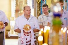 Huwelijksceremonie in Russische Orthodoxe Kerk Royalty-vrije Stock Foto's