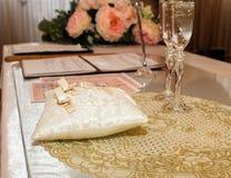 Huwelijksceremonie van huwelijk Trouwringen met champagneglazen royalty-vrije stock afbeeldingen