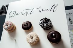 Huwelijkschocolade donuts voor gasten Feestelijk concept snoepjes op een huwelijksdag Huwelijk Donuts royalty-vrije stock foto's