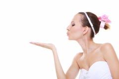 Huwelijksdag. Bruid romantisch meisje die een geïsoleerde kus blazen Royalty-vrije Stock Afbeeldingen
