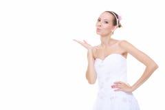 Huwelijksdag. Bruid romantisch meisje die een geïsoleerde kus blazen Royalty-vrije Stock Foto's