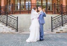 Huwelijksdans van bruid en bruidegom royalty-vrije stock afbeelding