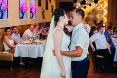 Huwelijksdans van jonge bruid en bruidegom binnen Royalty-vrije Stock Foto