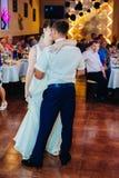 Huwelijksdans van jonge bruid en bruidegom binnen Royalty-vrije Stock Afbeelding