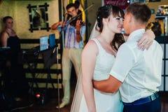 Huwelijksdans van jonge bruid en bruidegom binnen Royalty-vrije Stock Fotografie