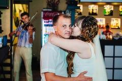 Huwelijksdans van jonge bruid en bruidegom binnen Stock Foto