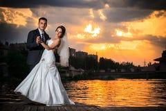 Huwelijksdans, zonsondergang, strand Royalty-vrije Stock Afbeelding