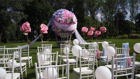 Huwelijksdecor in de vorm van een reusachtige vliegende bal Algemeen plan van de plaats In het open platteland, de zomer, warm we stock footage