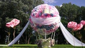 Huwelijksdecor in de vorm van een reusachtige vliegende bal In het open platteland, de zomer, warm weer stock video