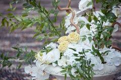 Huwelijksdecor met witte orchideeën en rozen stock foto