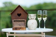 Huwelijksdecor op de lijst Doos met ringen Royalty-vrije Stock Afbeeldingen