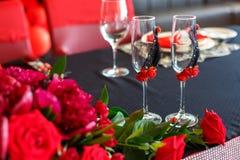 Huwelijksdecor in rood, huwelijksglazen voor jonggehuwden stock foto's