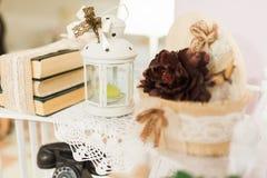 Huwelijksdecoratie bij restaurant met alle schoonheid en bloemen Royalty-vrije Stock Foto's
