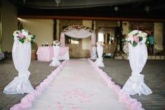 Huwelijksdecoratie bij restaurant met alle schoonheid en bloemen Stock Foto