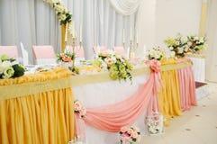 Huwelijksdecoratie bij restaurant met alle schoonheid en bloemen Stock Afbeeldingen