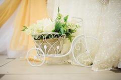 Huwelijksdecoratie bij restaurant met alle schoonheid en bloemen Stock Fotografie