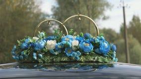 Huwelijksdecoratie en landschap door autodak stock videobeelden