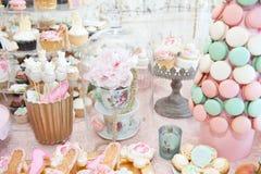 Huwelijksdecoratie met gekleurde pastelkleur cupcakes, schuimgebakjes, muffins en macarons Stock Foto's