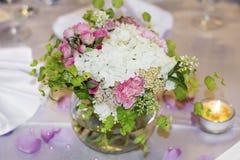 Huwelijksdecoratie met witte en roze hydrangea hortensia Royalty-vrije Stock Afbeeldingen