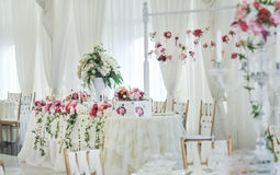 Huwelijksdecoratie op lijst Violette bloemen Stock Fotografie