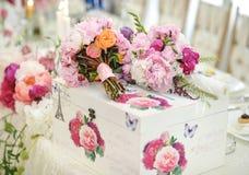 Huwelijksdecoratie op lijst Violette bloemen Bloemenregelingen en decoratie Regeling van roze en witte bloemen in restaurant voor Stock Foto