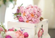 Huwelijksdecoratie op lijst Violette bloemen Bloemenregelingen en decoratie Regeling van roze en witte bloemen in restaurant voor Stock Afbeeldingen