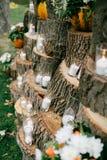 Huwelijksdecoratie in rustieke stijl Uitjeceremonie huwelijk in aard Kaarsen in verfraaide drinkbekers stock afbeelding