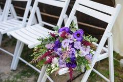 Huwelijksdecoratie van bloemen om de ceremonie in het park te verfraaien Royalty-vrije Stock Foto
