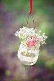 Huwelijksdecoratie van glasflessen met bloemen Stock Afbeeldingen
