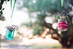 Huwelijksdecoratie van glasflessen met bloemen het hangen Royalty-vrije Stock Afbeelding