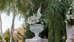 Huwelijksdecoratie van natuurlijke bloemen stock video