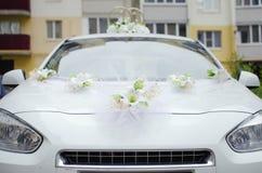 Huwelijksdecoratie voor de auto stock foto