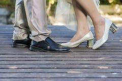 Huwelijksdetails, voeten van bruid en bruidegom, huwelijk Stock Foto's